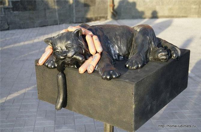 Памятник коту с сосисками